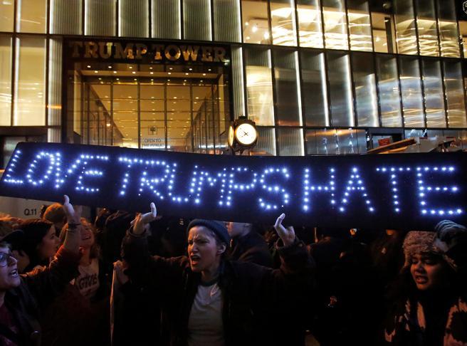 Proteste anti-Trump in tutta America Arresti a New York, vie bloccate a L.A.