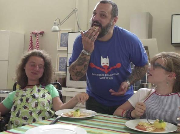 Misha Sukyas cucina insieme a due ragazze con atrofia muscolare spinale