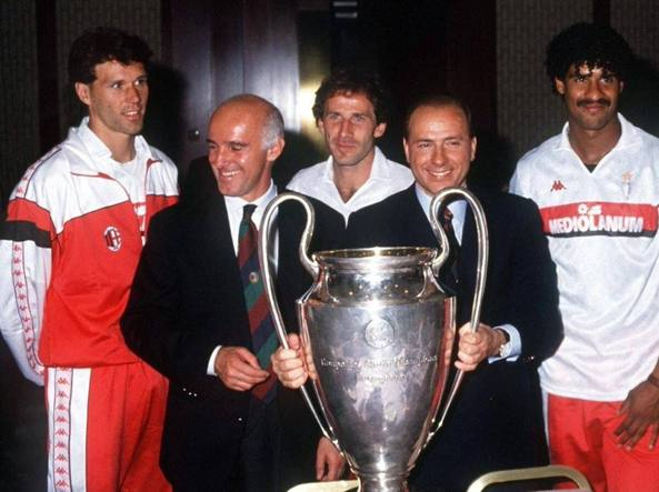 Campioni d'Europa. Marco van Basten, Arrigo Sacchi, Franco Baresi, Silvio Berlusconi e Frank Rijkaard