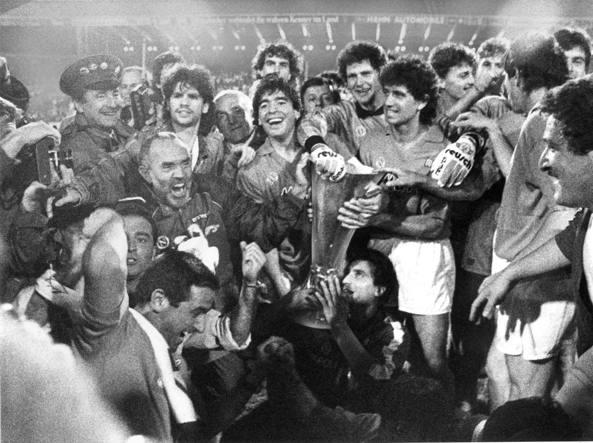 Festa europea. 17 maggio 1989, il Napoli vince la Coppa Uefa contro lo Stoccarda. Giuliani mette i suoi guantoni sulla Coppa