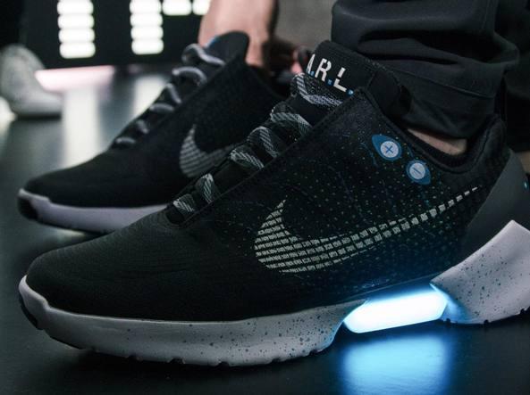 Nike, le scarpe autoallaccianti dall'1 dicembre a 720$
