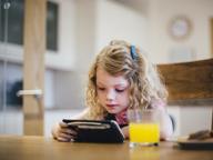 Allarme bimbi in età prescolare: 4 ore al giorno davanti a uno schermo