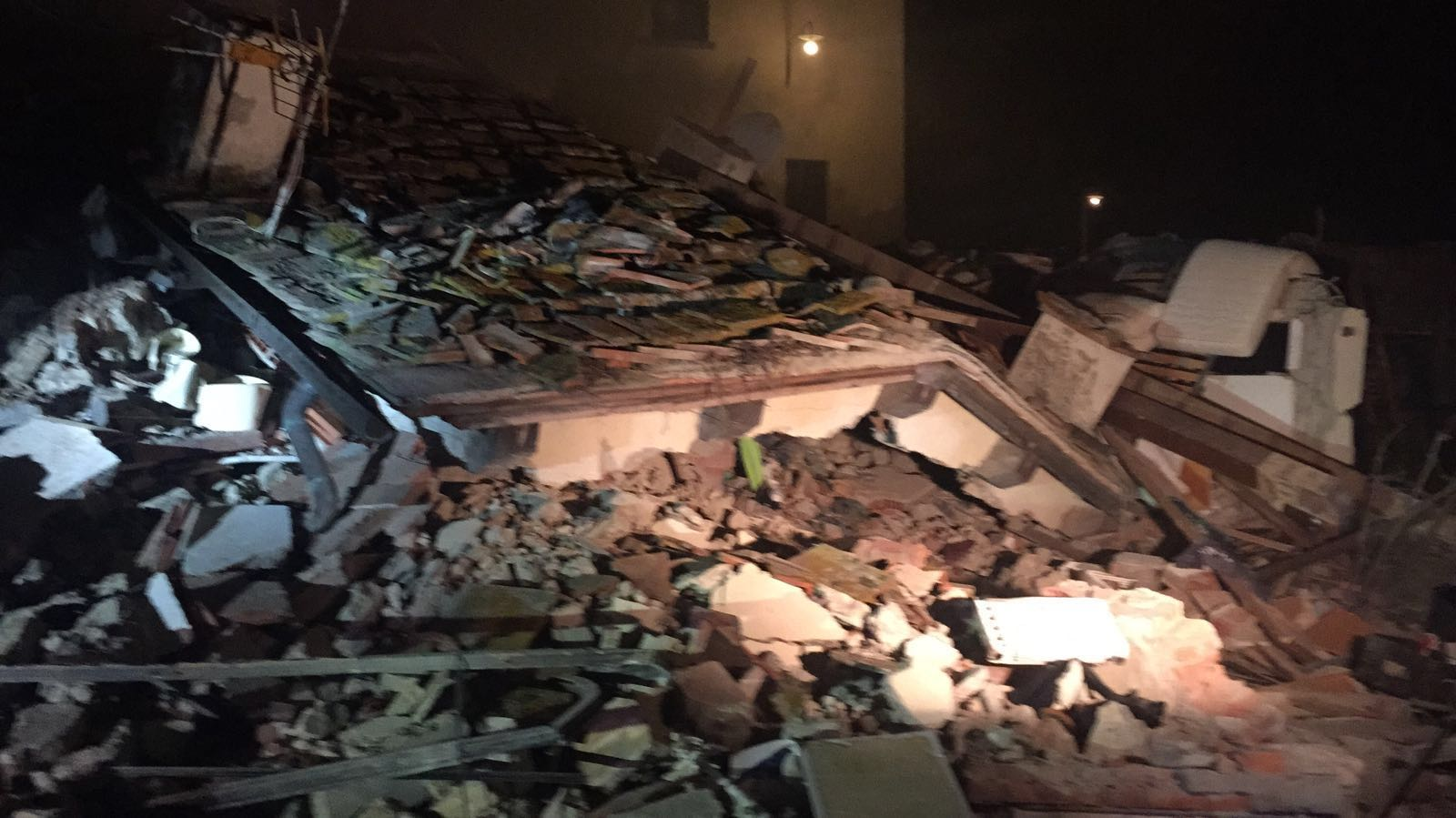 Firenze crolla villetta per un 39 esplosione salvati padre e le due figlie la madre trovata - Ansa bagno a ripoli ...