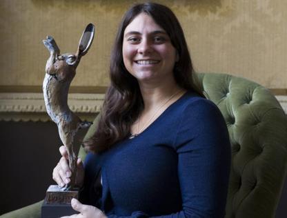 Giorgia Pallocca con la statuetta-lepre simbolo del Lush Prize