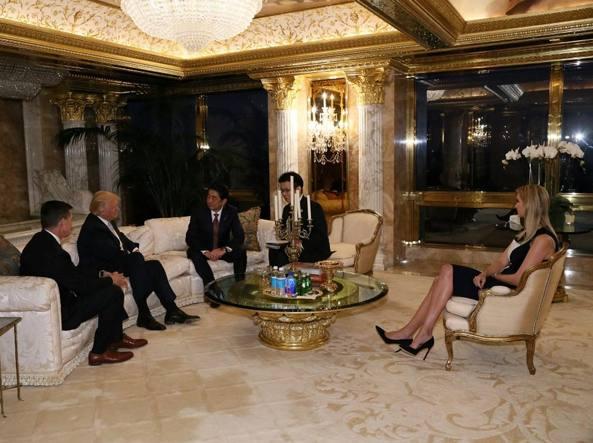 Ivanka Trump con il padre durante l'incontro con il premier giapponese Shinzo Abe, terzo da sinistra (Afp)