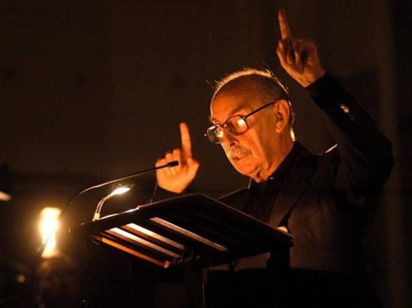 Vittorio Sermonti durante una lettura di Dante in Santa Maria delle Grazie, a Milano nel 2003 (Fotogramma)