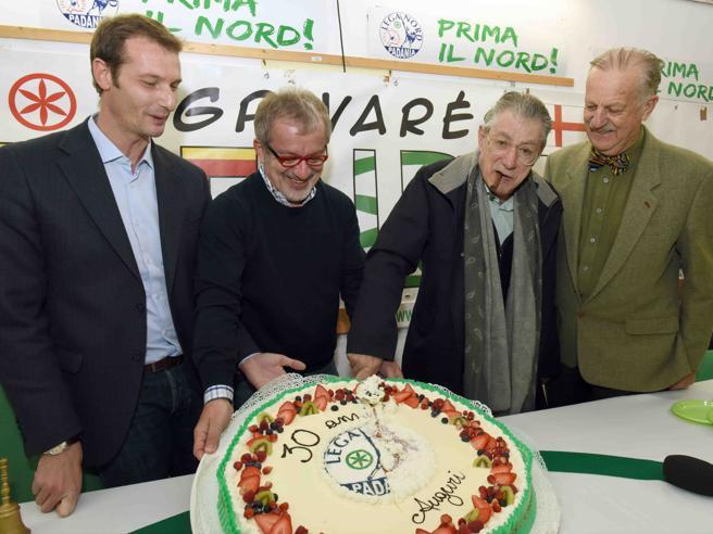Bossi: «Ora il  congresso La base non vuole Salvini Lui ha tradito la Lega»