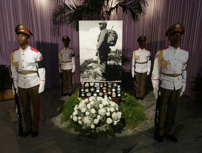 Cannonate e lacrime, in fila con i cubani per l'ultimo addio a Fidel