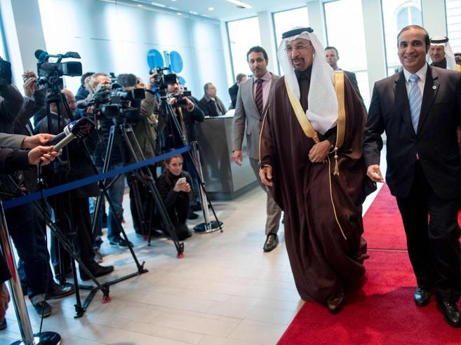 Petrolio, i Paesi Opec tagliano la produzione. E il barile sale del 10%