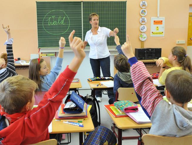 Basta con la mano alzata in classe: «Scoraggia gli studenti timidi»