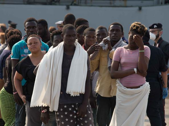 Uno sbarco di migranti a Brindisi