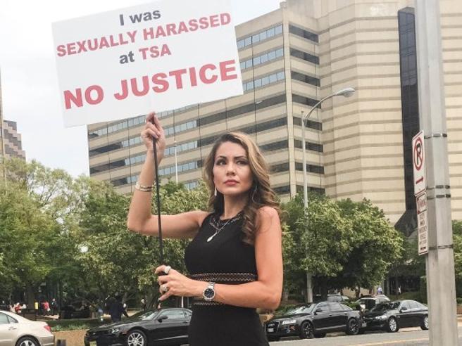 Usa, la protesta (in tacchi a spillo)  di Alyssa: «Molestata e  licenziata»