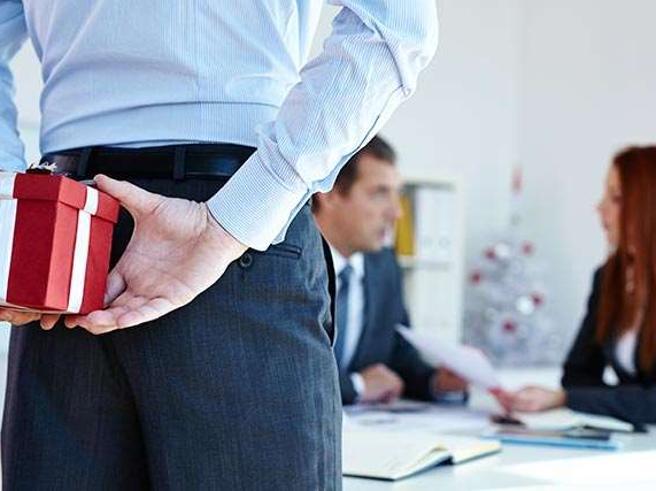Natale in ufficio, ecco cinque regole per scegliere il regalo giusto per i colleghi