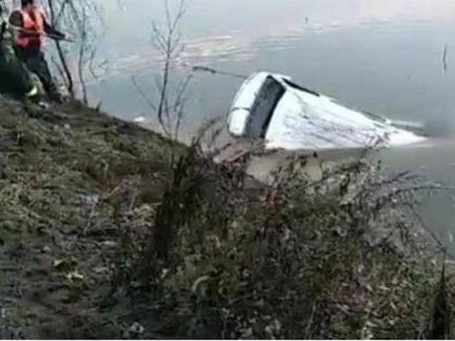 Cina: autobus di linea cade in un lago, 18 morti