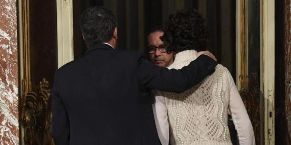 Renzi abbraccia la moglie Agnese dopo aver annunciato le dimissioni