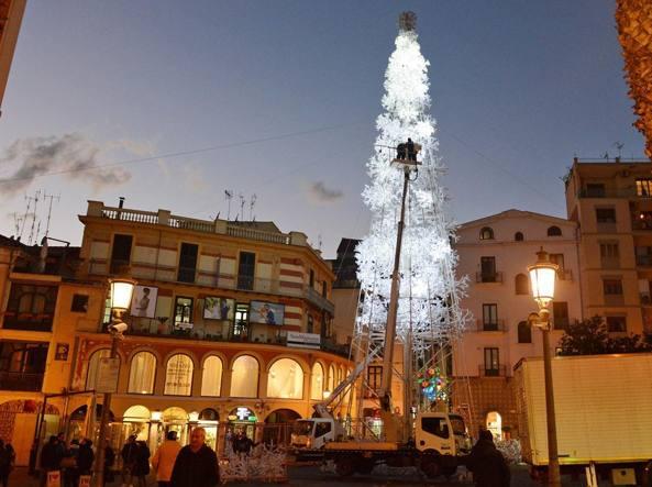 Salerno C Manuela Arcuri Sotto L Albero Per 9 Mila