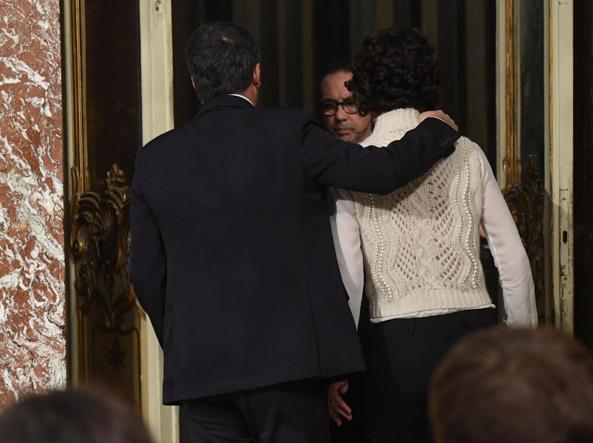 Il presidente del Consiglio, Matteo Renzi, con la moglie Agnese Landini, lascia la sala stampa di  Palazzo Chigi  (Jpeg)