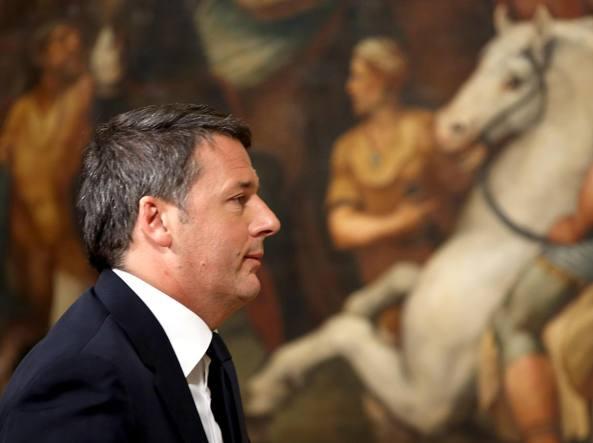 Il premier Matteo Renzi lascia la sala stampa di Palazzo Chigi la notte del referendum