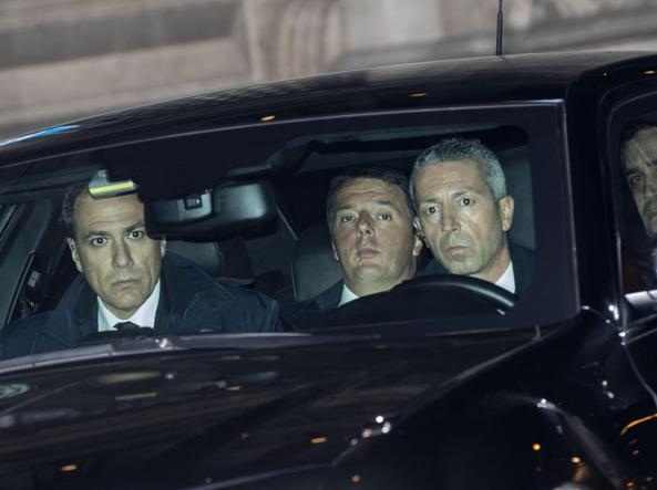 Matteo Renzi sull'auto che lo conduce al Quirinale per un nuovo incontro con il presidente Mattarella (Ansa)
