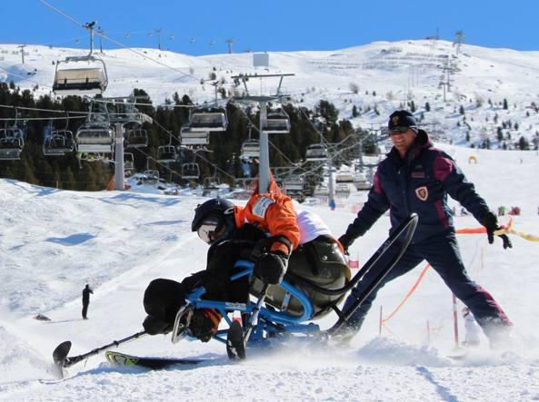 Un allievo assistito da un operatore del Centro Addestramento Alpino di Moena, Trento (foto R. Bof)