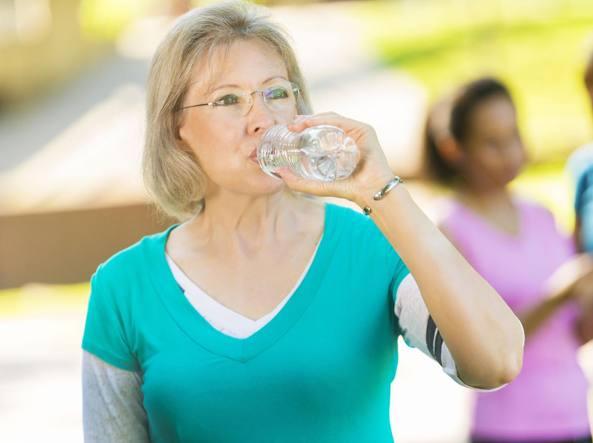 Beve troppa acqua: donna ricoverata in ospedale