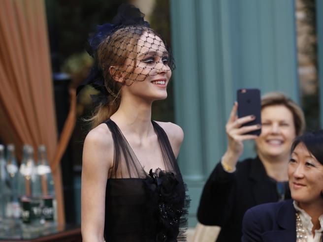 Lily-Rose Depp adesso sfila per Chanel. E non trattiene il sorriso