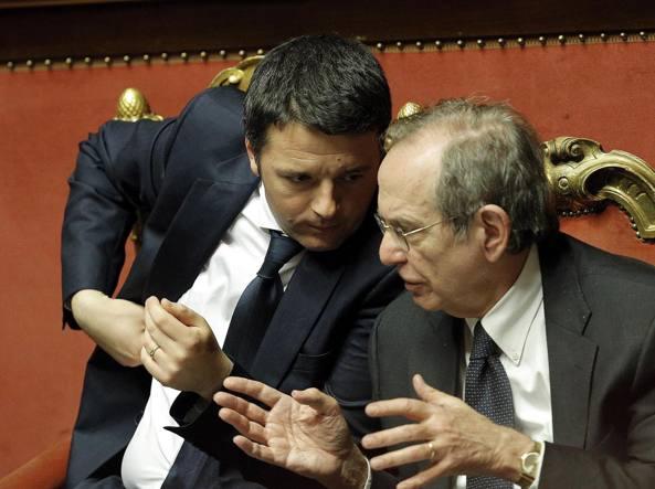 Il premier Renzi e il ministro dell'Economia, Pier Carlo Padoan, in aula al Senato