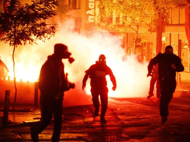La rabbia di Atene, scontri e fuochi nella notte|Foto