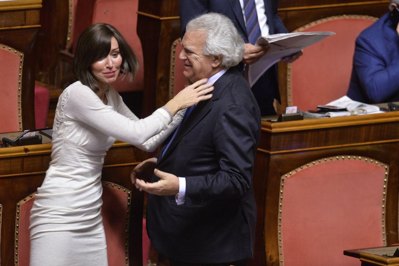 La manovra legge al senato baci e abbracci in aula for Leggi approvate oggi al senato