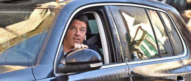 Matteo Renzi a Pontassieve nel primo giorno da ex premier (Ansa)