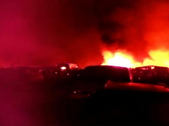 Foggia, incendio in una baraccopoli: ventenne morto carbonizzato