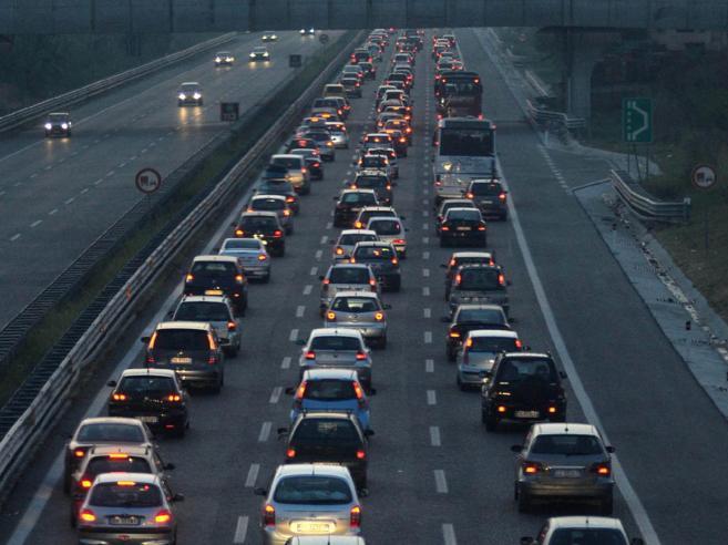 Tanti italiani in viaggio per il super-ponte  nel Paese  a due velocità