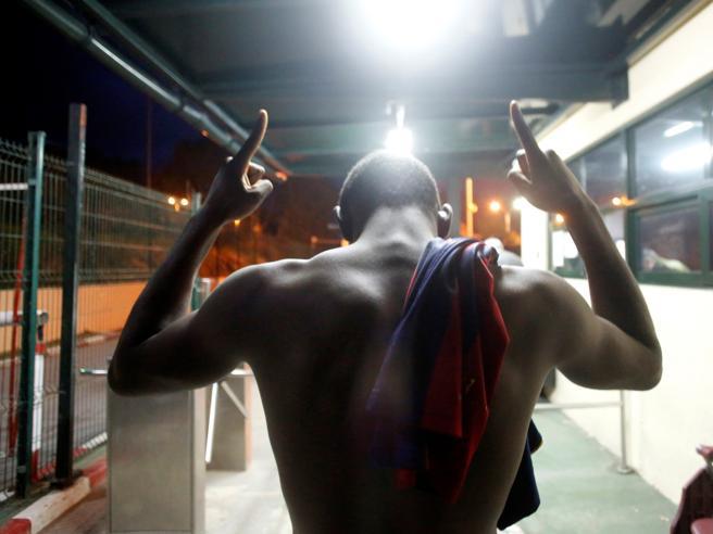 Fuga per l'Europa: la corsa dei 400 migranti che hanno scavalcato la barriera di Ceuta