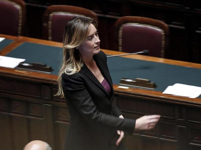 Boschi,  accuse all'ex ministra: «È  lei la zavorra del governo»La campanella e i baci: foto