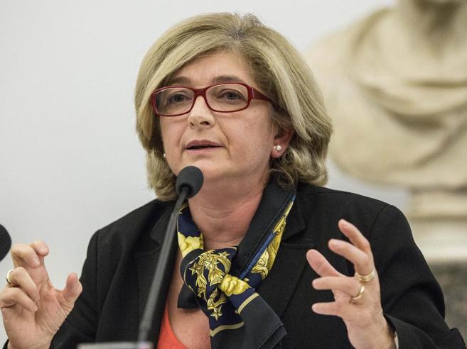 Roma, inchiesta rifiuti: si dimette l'assessore Muraro «Io indagata ma estranea»