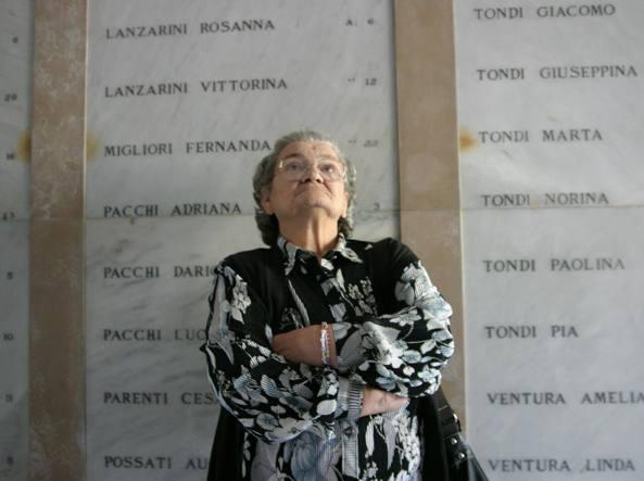 Anna Dainesi, una delle sopravvissute alla strage di Marzabotto, nel sacrario che ricorda le vittime dell'eccidio nazista (foto di Luigi Baldelli)