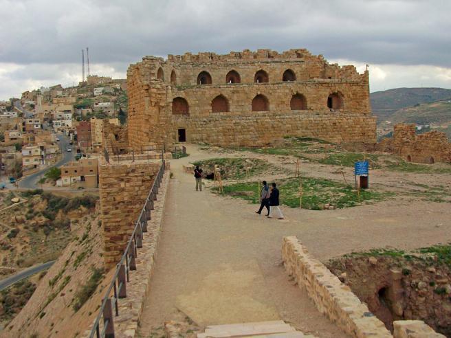 Giordania, commando armato attacca polizia: cinque morti   Turisti presi in ostaggio