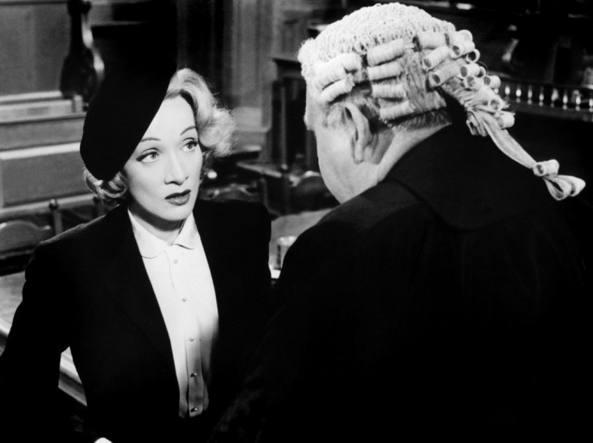 Marlene Dietrich in una scena di Testimone d'accusa di Billy Wilder (1957)