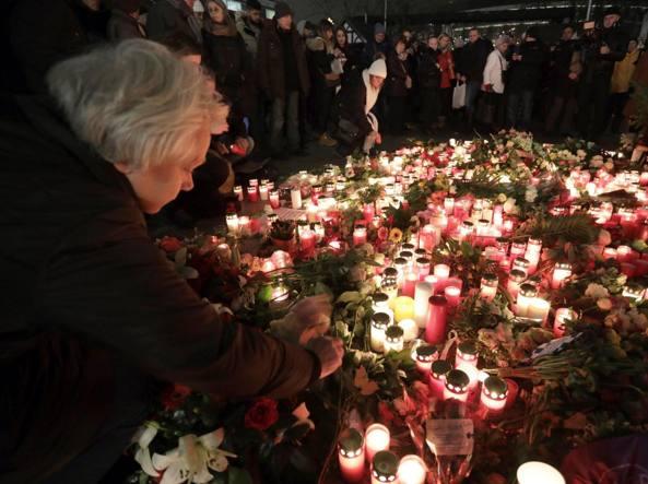 I fiori e le candele sul luogo dell'attacco