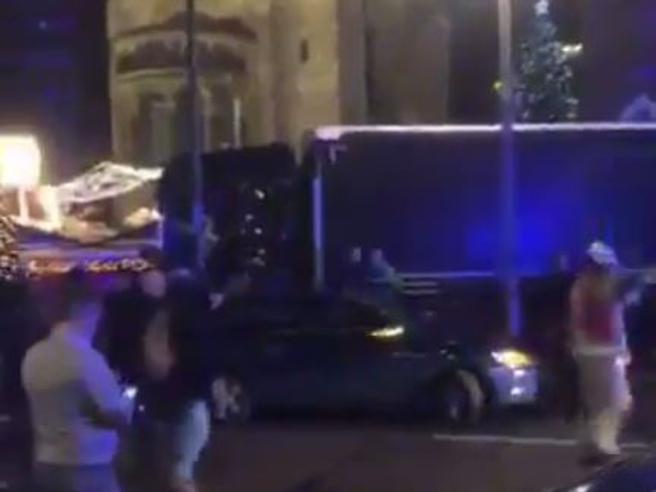 Berlino, camion piomba su un mercato di Natale: almeno 9 morti e molti feriti