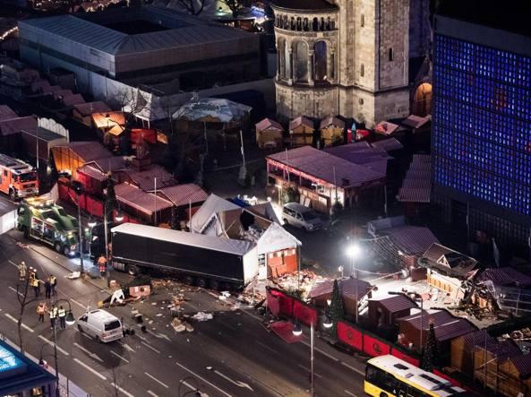 Attentato a Berlino, tir sui mercatini di Natale