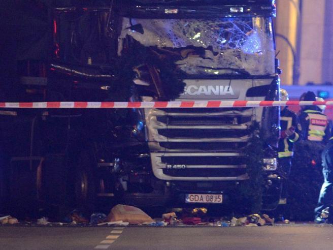 Strage di Berlino, l'autista polacco del Tir ha provato a deviare il camion