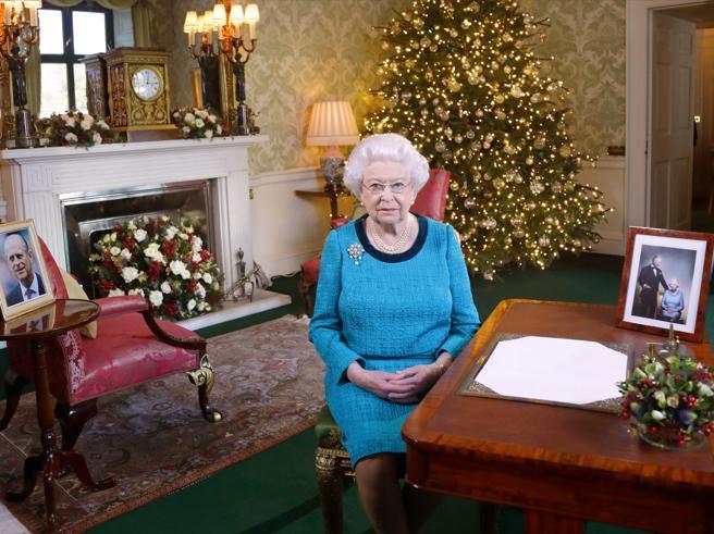 La regina  ancora raffreddata: per lei niente messa di Natale