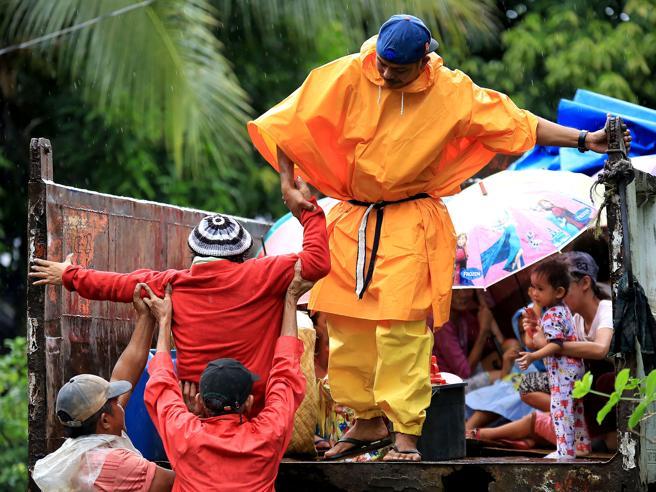 Filippine, migliaia in fuga da Ninail tifone di Natale Le immagini