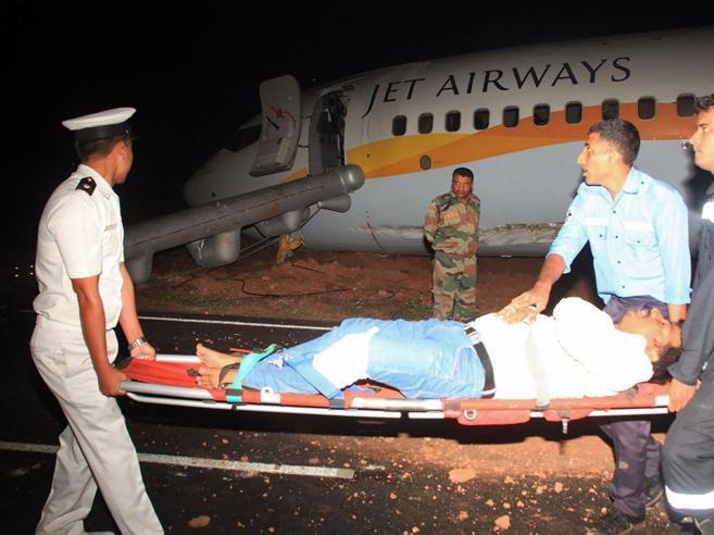 India, aereo  di linea finisce fuoripista,15 feriti  Foto
