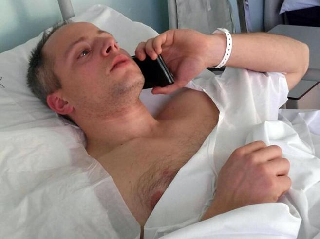 Cristian, a casa l'agente ferito  «Non sono un eroe: ho fatto soltanto il mio lavoro» |Foto