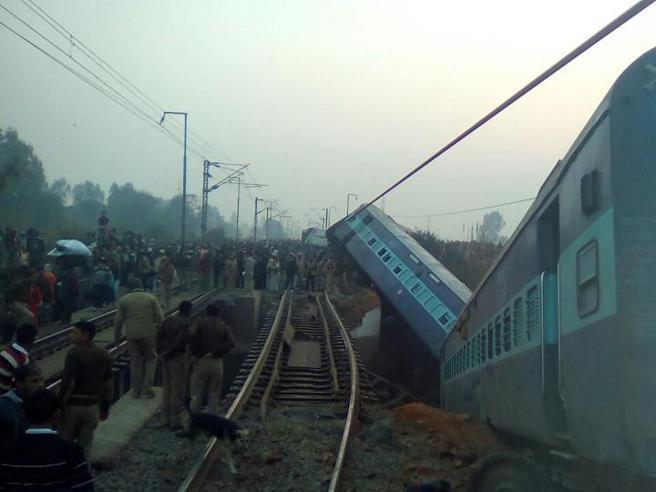 India: treno deraglia a Kanpur:due morti, decine di feriti Video