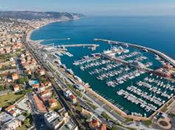 Marina di Loano, yacht in fiamme: tre morti