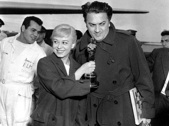 Giulietta Masina con Federico Fellini in aeroporto nel 1957, con l'Oscar appena vinto per il film «La Strada» (Ap)