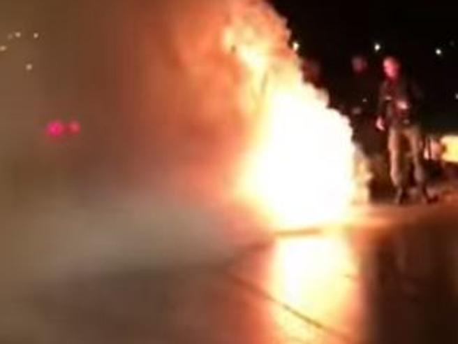 Derby Reggina-Messina, incendiato il bus calabrese con la squadra a bordo: nessun ferito